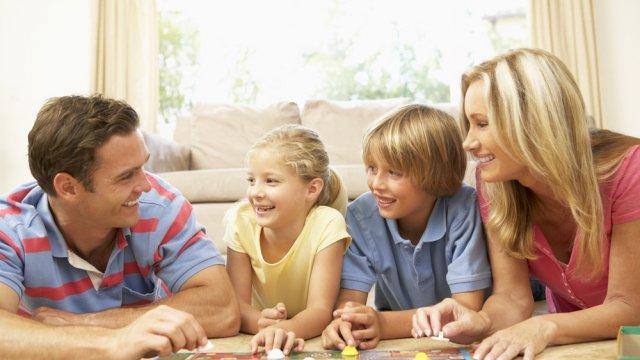 Enfants qui jouent jeux de société